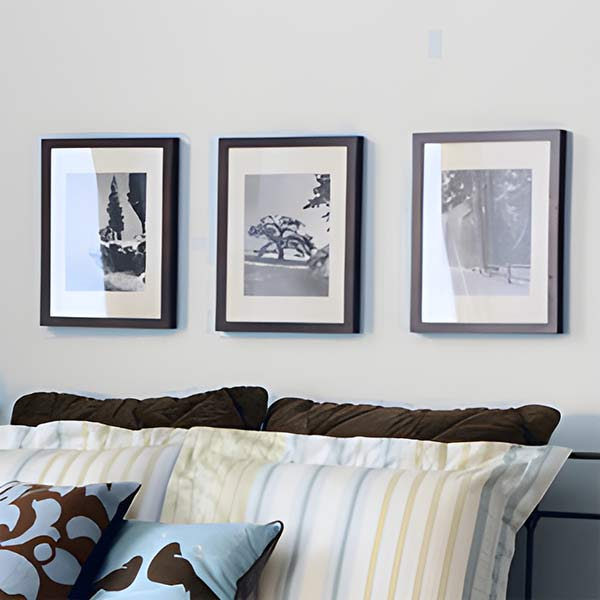 comment disposer des tableaux sur un mur. Black Bedroom Furniture Sets. Home Design Ideas